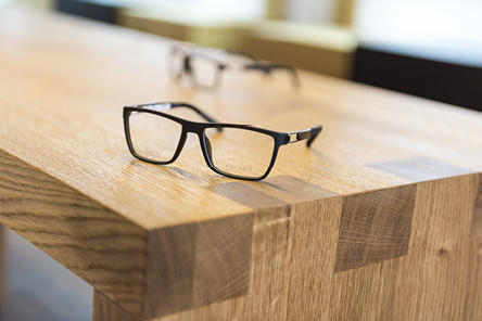 Viele unterschiedliche Typ-Brillen-Gestelle bei Optik Lang Schönberg